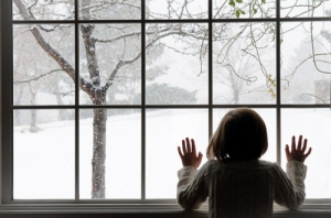 christmas-girl-hair-hands-snow-window-Favim.com-100584